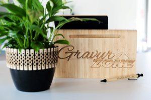 Tablethalter mit Logogravur Dekoration in Geschäftslokal Logo-Werbung, personalisierter Tablethalter